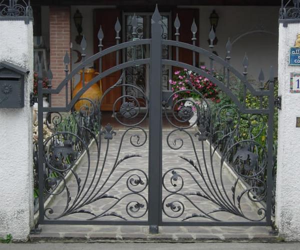 Cancelli recinzioni e ringhiere per balconi in ferro battuto for Lance per cancelli in ferro