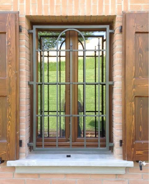 Inferriata ferro battuto per finestra e persiane in legno