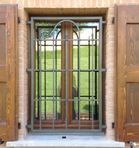 Inferriate e grate per finestre apribili e fisse in ferro battuto - Grate finestre ferro battuto prezzi ...