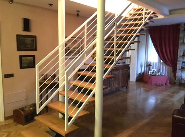 Scala in ferro su misura automontante gradini in legno