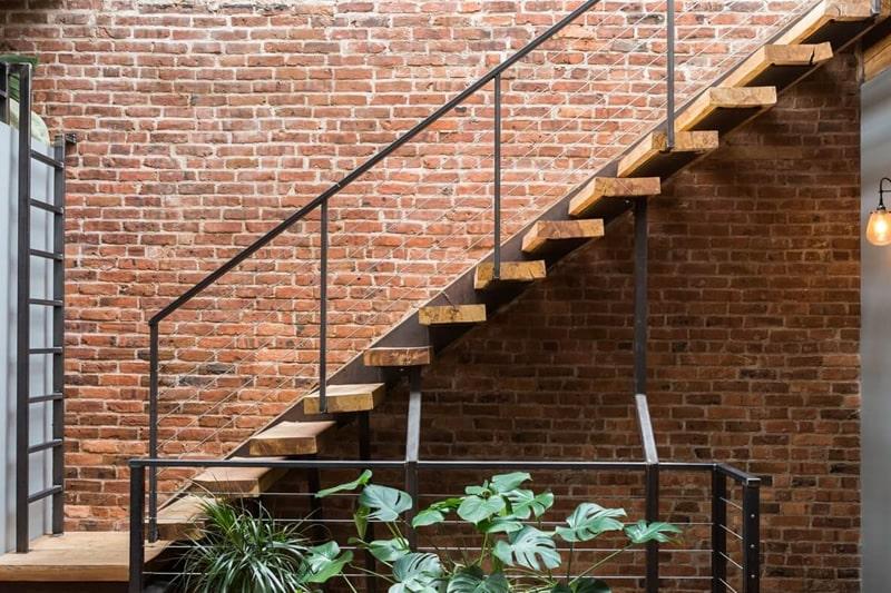 Scala interna con ringhiera in ferro battuto per stile industrial
