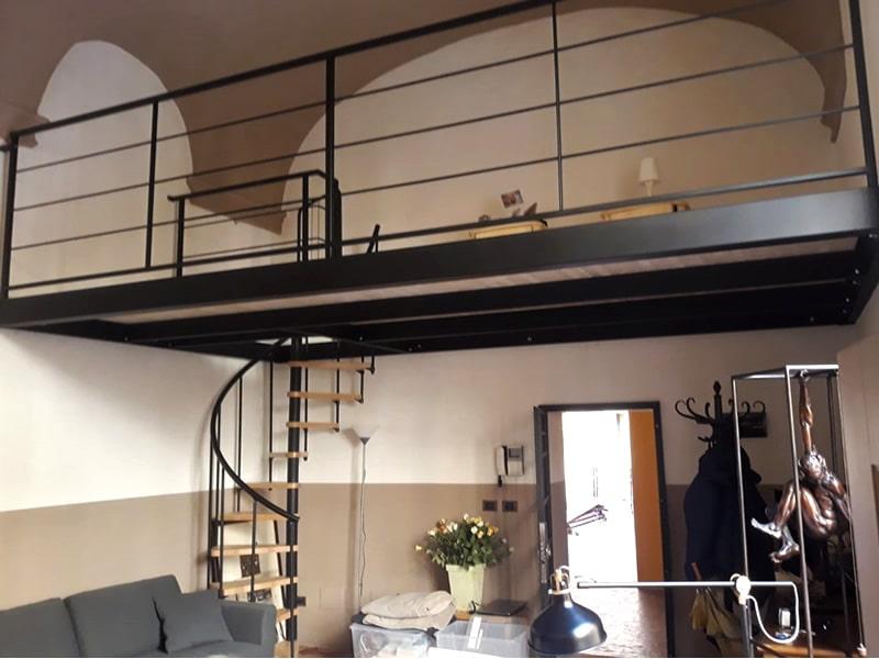 Soppalco in ferro per abitazione con scala a chiocciola